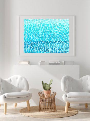 Obra azul en espacio blanco